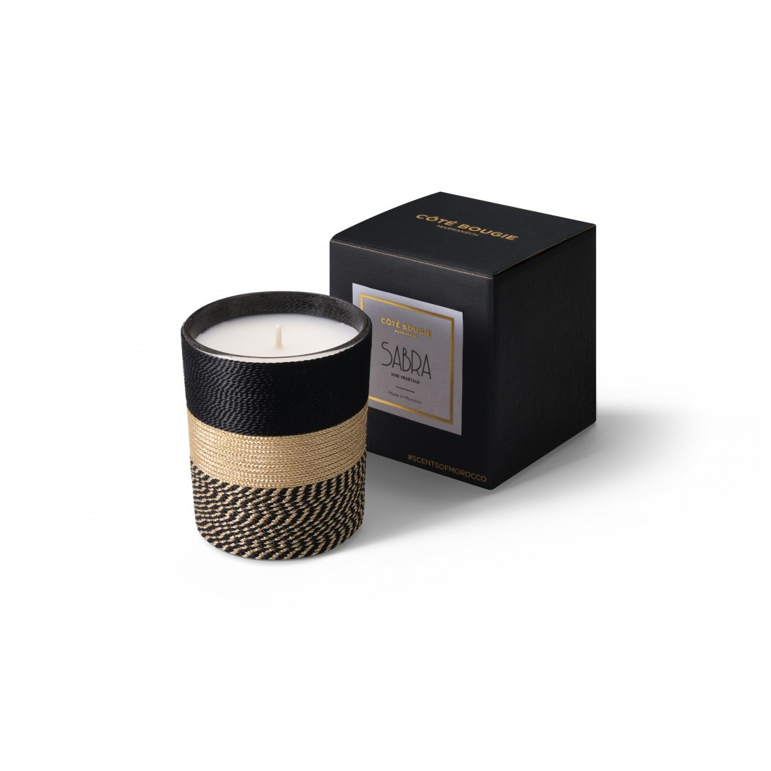 Petite bougie parfumée vegetale Nelia de la collection Sabra taille Small avec sa boîte de packaging