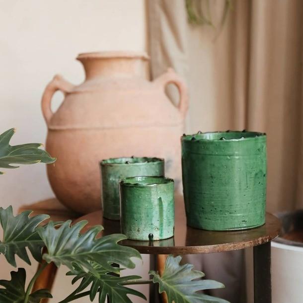 Collection Tamegrout 💚 Au désert du Sahara se trouve Tamegroute, un petit village avec une histoire riche et vibrante. Tamegroute abrite 7 familles qui possèdent chacune un four et leur propre atelier. Créer de la poterie dans une teinte verte c'est  la signature de l'artisanat authentique de cette région.  Photo @studioklakphoto